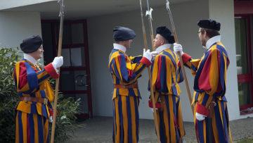 Die Schweizergardisten mit ihren Galauniformen waren ein zusätzlicher Blickfang an der feierlichen Errichtung. | © Roger Wehrli