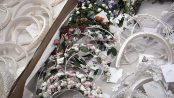 Stoffblüten in allen Pastellfarben, Haarreifen und Bänder: In Hägglingen finden Liebhaberinnen von festlichem Kopfschmuck eine grosse Auswahl. | © Roger Wehrli