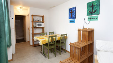 Die Sozialstudios in Umiken-Brugg sind schlicht gehalten: Ein bis zwei Zimmer mit Schlaf- und Wohngelegenheit, dazu Kochnische und Nasszelle. | © Roger Wehrli