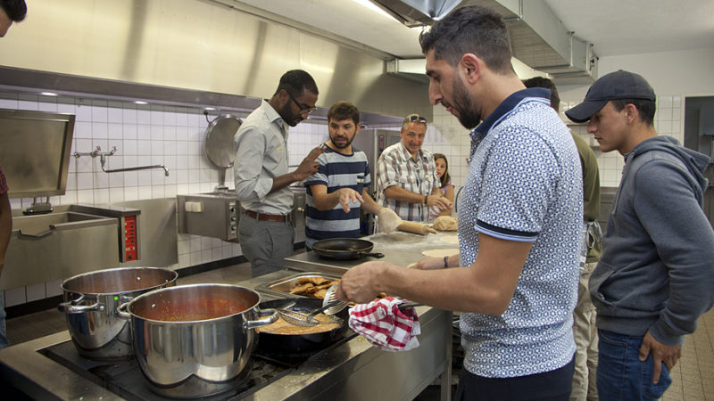 Zakiy aus Afghanistan frittiert Teigtaschen in der Militärküche im UG des Saalbaus in Stein. | © Roger Wehrli