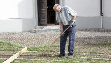 «Ich entferne das hohe Gjätt hier», erklärt Pensionär Walter Riner. | © Roger Wehrli
