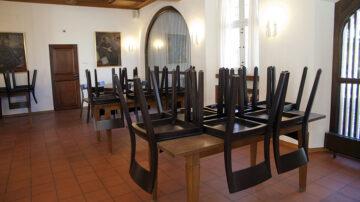 Hochgeklappte Stühle in der Prostei: Das Bildungshaus der Römisch-Katholischen Landeskirche hat geschlossen. | © Roger Wehrli