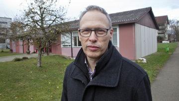 Hans Schilling, Präsident der Kirchenpflege von Birr-Lupfig, vor dem Grundstück, auf dem der Neubau mit Wohnungen geplant ist. | © Roger Wehrli
