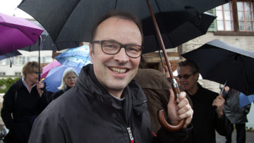 Urban Federer, Abt des Klosters Einsiedeln, war bei der Eröffnung des Silja Walter-Wegs dabei, teilte seinen Schirm und feierte im Anschluss den ökumenischen Gottesdienst mit. | © Roger Wehrli