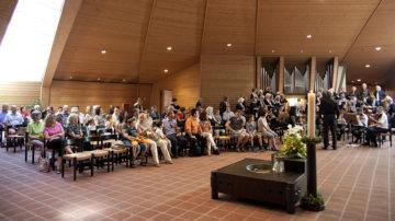 Ein volles Gotteshaus zum Patrozinium. Da nicht alle Gottesdienstbesucher mobil sind, helfen Kirchengemeinden mancherorts mit Taxidiensten aus. | © Roger Wehrli