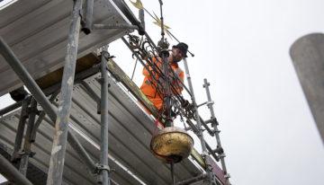 Aus luftiger Höhe wurde die Turmkugel vor den Augen aller Anwesenden mit Hilfe eines Flaschenzuges herabgelassen. | © Roger Wehrli