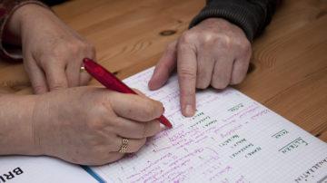 Christian Boss formt aus den Notizen seiner Frau einen Text. Danach diskutieren beide über das Geschriebene. Und da gibt es durchaus auch Meinungsverschiedenheiten. | © Roger Wehrli