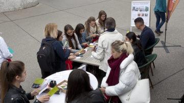 Vor dem Besuch der interaktiven Ausstellung stimmen sich die Jugendlichen mit Fragen auf das Thema ein. | © Roger Wehrli