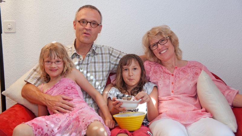 Engagieren sich seit drei Jahren im Verein Schweizer Gasteltern: Beat, Helen und Linda Müller mit Sommerkind Adriana | @ Roger Wehrli