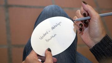 Die Teilnehmerinnen am Infomorgen in Bad Zurzach schreiben auf, was ihnen zu Halloween einfällt. | © Roger Wehrli