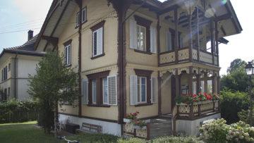 Das älteste Pfarrhaus im Pastoralraum Region Brugg-Windisch ist ein Haus mit Geschichte. Energietechnisch ist es jedoch sanierungsbedürftig. Im Rahmen des Prozesses hin zum Grünen Güggel werden gebäudetechnische Fragen  eine Rolle spielen. | © Roger Wehrli