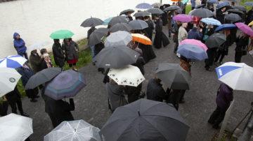 Das wechselhafte Wetter mit kurzen aber heftigen Regengüssen sorgte für einige scherzhafte Sprüche. Doch nicht nur die Regenwolken, auch der folgende Sonnenschein kam aus dem Aargau. | © Roger Wehrli