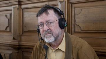 Der Kapuziner und katholische Medienbeauftragte Bruno Fäh sorgt in Zusammenarbeit mit der Produzentin dafür, dass Kirche, Fernsehen und Radio in Einklang kommen. | © Roger Wehrli