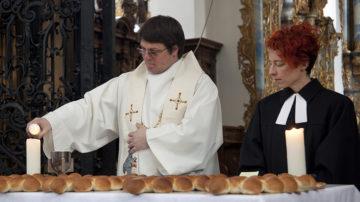 Mit richtigem Brot und Wein feierten Adi Bolzern und Corinne Dobler am Wirtegottesdienst ein ökumenisches Abendmahl. | © Roger Wehrli