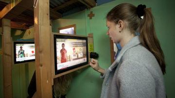 Die Jugendlichen müssen mit Hilfe eines interaktiven Tools entscheiden, was sie auf die Flucht mitnehmen wollen. | © Roger Wehrli