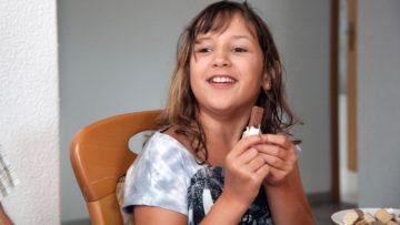 Adriana aus Leipzig mag Rivella, scharfe Chips, Cervelat und natürlich  «Kägi frets». | @ Roger Wehrli