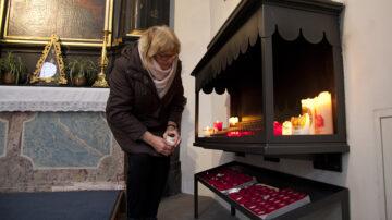 Seit Ausbruch der Corona-Pandemie muss Sakristanin Margrit Koch häufiger Kerzen in die Kapelle bringen. | © Roger Wehrli