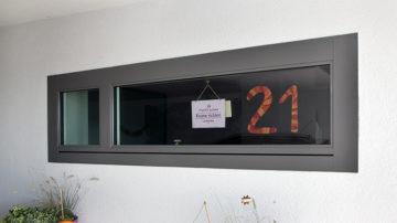 Noch hängt erst die Nummer. Am 21. Dezember 2017 geht das Adventsfenster bei Familie Peterhans in Wettingen auf. Es gehört zum lebendigen Adventskalender im Quartier Lägern. | © Roger Wehrli