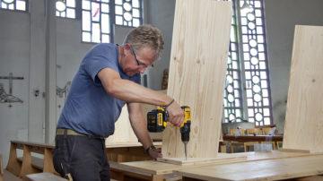 Peter Blattner befestigt alle Teile, ohne Schrauben oder Nägel ins Mobiliar zu treiben. | © Roger Wehrli