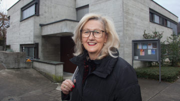 Beatrice Eglin, Präsidentin der Kirchenpflege Baden-Ennetbaden, vor dem Pfarrhaus in Ennetbaden. Dieses wurde vor zwei Jahren in  in ein Wohnhaus mit zwei Mietwohnungen umgebaut. | © Roger Wehrli