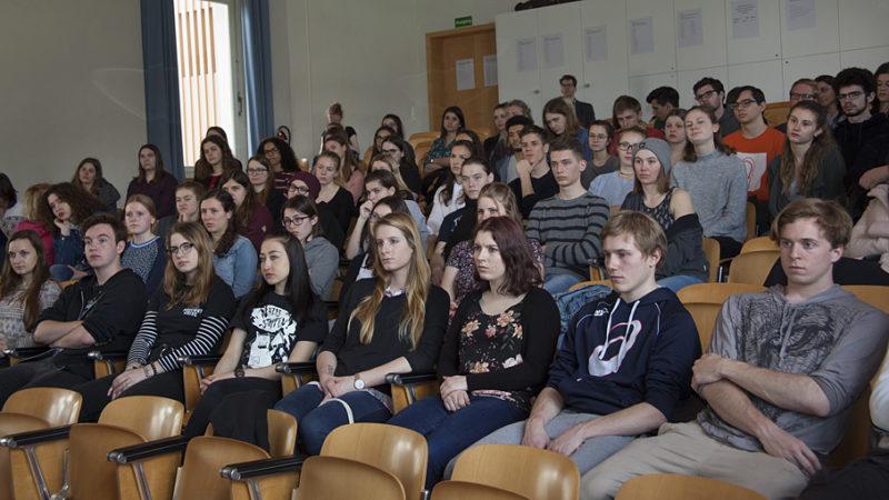 Die Aargauer Konferenz der Religionen hatte für den 4. April 2018 an die Neue Kantonsschule Aarau geladen, gegen 90 Schülerinnen und Schüler der Frei- und Ergänzungsfächer Religion aus dem ganzen Kanton Aargau kamen, um sich mit dem Thema Extremismus auseinanderzusetzen. | © Roger Wehrli