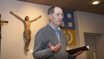 Pastoralassistent Stephan Lauper eröffnet die zwei Stunden mit einem Gebet. | © Roger Wehrli