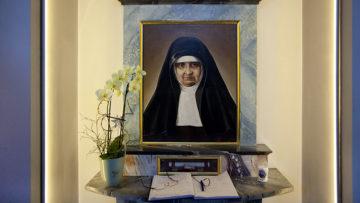 Die Heilige: geboren am 28. Mai 1848 in Auw als Verena Bütler, gestorben am 19. Mai 1924 in Cartagena, Kolumbien, als Schwester Maria Bernarda. Das Bildnis basiert auf ihrem Passfoto - eines von nur zwei Fotos, die von Maria Bernarda Zeit ihres Lebens gemacht wurden.  | © Roger Wehrli