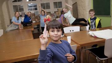 Fröhlich spielende Kinder in einem Raum, in dem auch unterrichtet wird. Den Kindern und Jugendlichen wird die Religion sowie die bosnische Sprache und Kultur vermittelt. | © Roger Wehrli