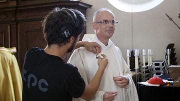 Andreas Stüdli, mitarbeitender Priester, wird «verkabelt». | © Roger Wehrli
