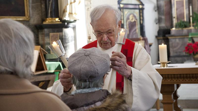 Am Gedenktag des Heiligen Blasius spendet die katholische Kirche den  Blasiussegen «gegen Halskrankheit und alles Übel». | © Roger Wehrli