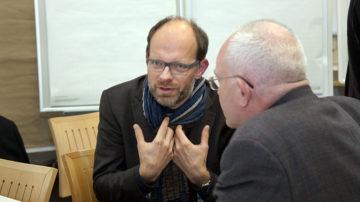 Kirchenratspräsident Luc Humbel im Gespräch mit Bischofsvikar Christoph Sterkman. | © Roger Wehrli