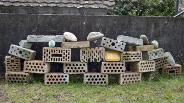 Steine aus dem Garten der Mutter: «Verwendet habe ich Backsteine, Sandsteine und runde Steine – um zu zeigen, dass auch unsere Freuden, Ängste und Zweifel ganz verschieden sind», erklärt Mirjam Koch. | © Roger Wehrli