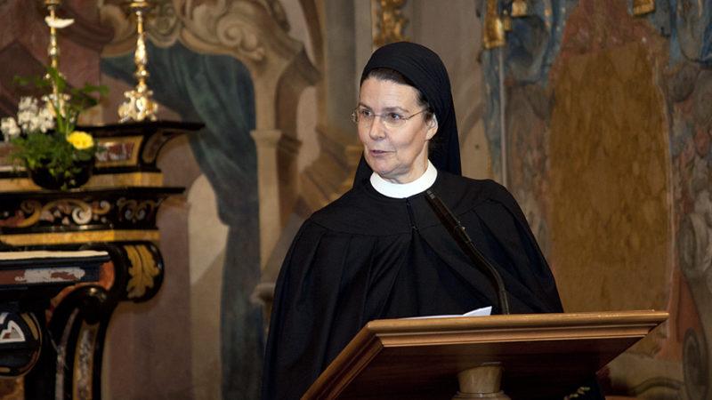 Priorin Irene Gassmann an der Feier zum 888-Jahr-Jubiläum im Januar dieses Jahres. Für die Schwarze Madonna des Klosters EInsiedeln, zu dem das Fahr gehört, haben die  Schwestern ein neues Gewand hergestellt. | © Roger Wehrli