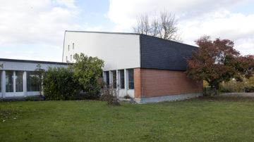 Laut Rudolf Thomann könnte die Renovation über einen Teilverkauf des Grundstücks finanziert werden. Verkauft werden müsste demnach nur der unbebaute Teil der Parzelle sowie der Teil mit dem Pfarrhaus, das vom Pfarrer ohnehin nicht mehr bewohnt werde. | © Roger Wehrli