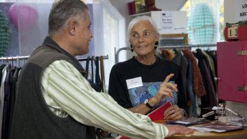 Irene Obrist und Dilshad Tofik im vorderen Teil des Bistros in Küngoldingen, wo der Secondhand-Kleiderladen untergebracht ist. | © Roger Wehrli