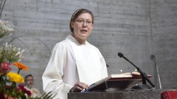 Angela Bucher-Adamek, tätig in der Pfarrei St. Franziskus in Kriens, bei der Lesung. | © Roger Wehrli