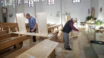 Nach und nach füllt sich der Kirchenraum. Hörstationen, Bilder und Texte  ergänzen sich. | © Roger Wehrli