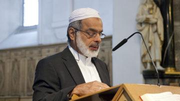 Malik Allawala, Verband Aargauer Muslime, rezitierte verschiedene Verse aus dem Koran und legte sie aus. Gott sei auf unsere Dankbarkeit nicht angewiesen, doch Dankbarkeit führe zu Demut und zu respektvollem Handeln. | © Roger Wehrli