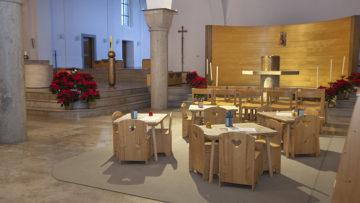 Der erste Gedanke ist oft, die Kinderecke hinten in der Kirche einzurichten, damit die Kinder weniger stören. Doch das Beispiel Muri zeigt, dass Kinder ruhiger sind, wenn sie das Geschehen an Altar und Ambo mitverfolgen können. | © Roger Wehrli