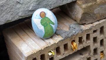 Es werden rege Zettel in der Mauer hinterlassen, weiss Mirjam Koch: «Auch einen bemalten Stein habe ich dort schon gefunden». | © Roger Wehrli