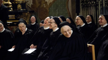 Sowohl Priorin Irene Gassmann als auch Abt Urban Federer und Bundesrätin Doris Leuthard brachten mit spitzen Pointen in ihren Ansprachen die Schwestern immer wieder zum Lachen. | © Roger Wehrli