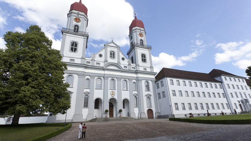 Das Kloster St. Urban wurde im Jahr 1194 gegründet und liegt in einem Spicke des Kantons Luzern, der vom Aargau und dem Bernbiet umgeben ist. Die Region ist seit alten Zeiten Grenzgebiet. Auch die «Jasskartengrenze» verläuft hier. Der nahegelegene Aussichtspunkt Ahorn ist einer der wenigen Orten, wo nebeneinander gleichzeitig mit französischen und deutschen Jasskarten gespielt wird. Die Grenze zwischen der Verbreitung der beiden Jasskartensorten verläuft von St. Urban über den Napf und den Wachthubel bis zum Brünig und weiter hinauf zum Furkapass. In der Regel wird im Kanton Bern und in der westlichen Schweiz mit den «welschen» Jasskarten, in der Zentralschweiz jedoch ebenso strikt mit den deutschen Jasskarten gespielt, erklärt die Webseite grenzpfad.ch. |© Roger Wehrli