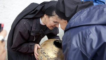 Erste neugierige Blick: Was ist in der Kugel? Ein Wespennest? Der Klostergeist? Ist überhaupt etwas drin? | © Roger Wehrli