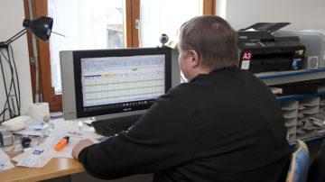 Irgendwann muss Adrian Schneider noch seinen Papierkrieg erledigen, den ihm niemand abnimmt. «Wenn du den ganzen Tag unterwegs warst, hast du darauf nicht unbedingt noch Lust.» Dank der Wegbegleitung hat der 52-Jährige mit einer Excel-Tabelle nun ein Instrument, um diesen Teil seiner Arbeit effizient und strukturiert zu erledigen. | © Roger Wehrli