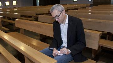 In loser Folge schreibt Thomas Wehrli für die Aargauer Zeitung über Gottesdienste im Fricktal. Seine Besuche kündigt er nicht an. «Wenn jemand weiss, dass ich komme, bereitet sich diese Person vielleicht speziell vor oder fühlt sich unter Druck. Das möchte ich nicht. Ich will kein verfälschtes Bild, sondern sehen, wie es normalerweise ist.» | © Roger Wehrli