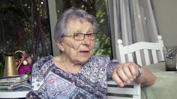 Rosemarie Amstutz ist 89 Jahre alt und wohnt in Buchs. Aufgewachsen ist sie in Zürich, hat 6 erwachsene Kinder und 11 Grosskinder. Vor einem Jahr entschloss sie sich, einen Asylbewerber bei sich zuhause aufzunehmen. | © Roger Wehrli