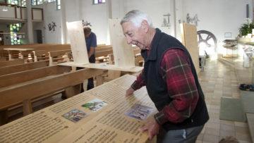 Vor jedem Aufbau misst Hansueli Blattner die Kirchenbänke aus. Die Holzteile, die der Befestigung der Stellwände dienen, passen dann exakt in die jeweilige Kirche. | © Roger Wehrli