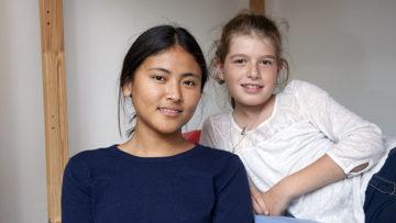 Die elfjährige Flurina und die 15-jährige Choezin haben rasch einen guten Draht zueinander gefunden. Flurinas Mutter Rahel ist überzeugt, dass Choezin letztlich auch deshalb so rasch Fortschritte gemacht hat und sich in ihrer Pflegefamilie wohl fühlt. | © Roger Wehrli