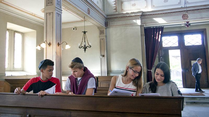 Am vergangenen Donnerstag lösten Oberstufenschülerinnen und -schüler aus Niederweningen knifflige Aufgaben auf dem jüdischen Kulturweg in Lengnau. | © Roger Wehrli