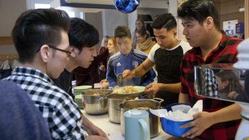 «Habt ihr erst in der Schweiz Kochen gelernt?», fragte eine Freiwillige des Wettinger Projekts «Treff.punkt» die jungen Männer. Einer gab zu: «Zuhause in Afghanistan kochte meine Mutter». | © Roger Wehrli